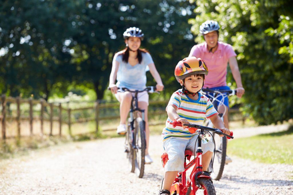 cicicocuk ailesiyle bisiklet süren çocuk