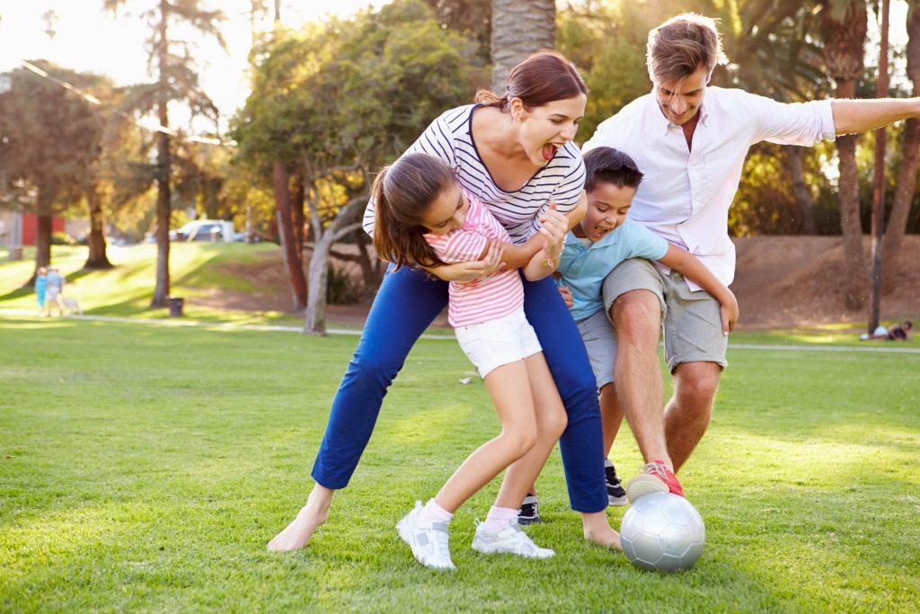 cicicocuk ailesiyle dışarıda oynayan çocuklar